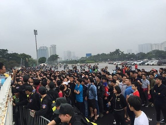 Thousands of Vietnamese football fans queue up in front of My Dinh National Stadium