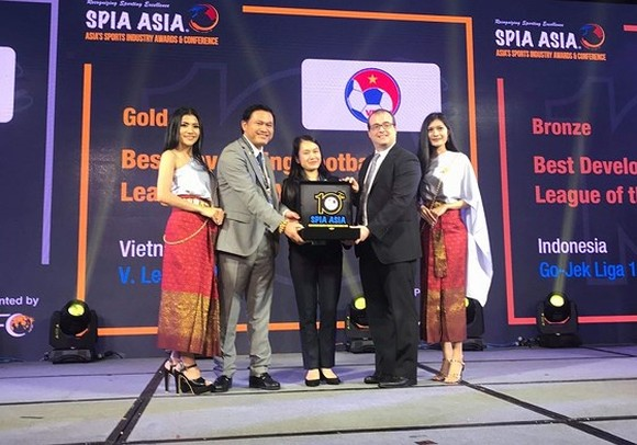 Chairman of the Vietnam Professional Football (VPF) Tran Anh Tu (the second from the left) receives the awards from SPIA Asia