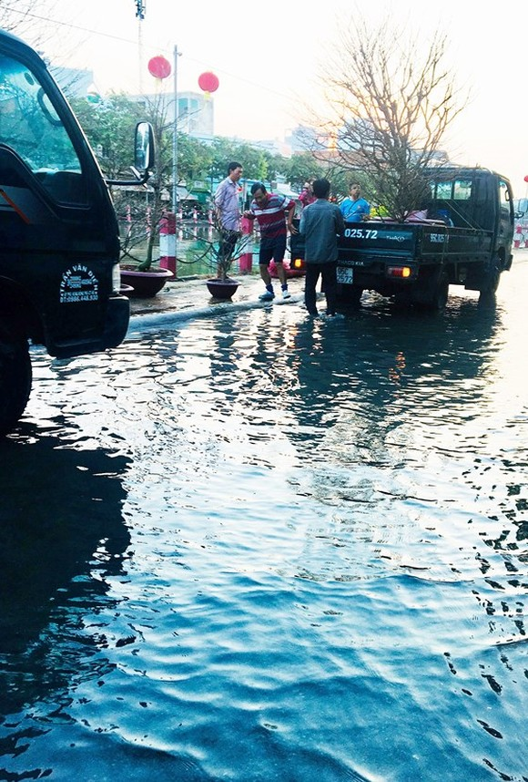 High tide causes flooding in some streets of can Tho city
