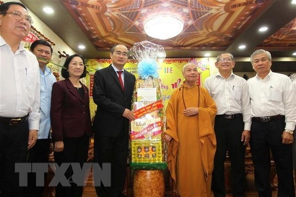Secretary of the Ho Chi Minh City Party Committee Nguyen Thien Nhan (L) and Chairman of the Vietnam Buddhist Sangha (VBS)'s Executive Council Most Venerable Thich Thien Nhon (Source: VNA)
