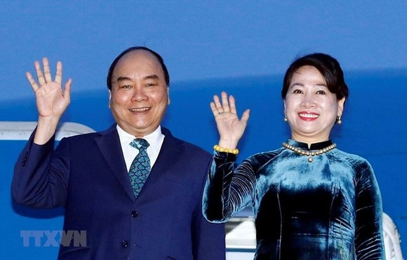 Prime Minister Nguyen Xuan Phuc (L) and his wife (Photo: VNA)