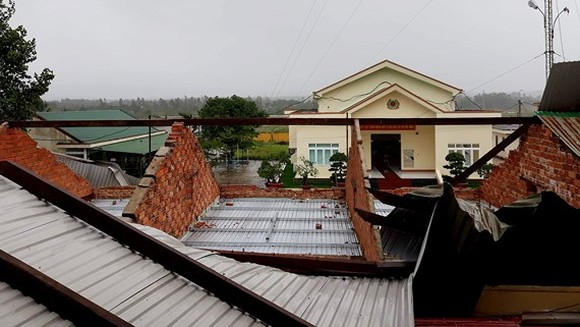 Thunderstorm and hail blow up hundreds of house roofs