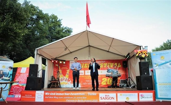 Director of Asia Sky Tours Nguyen Xuan Hung (R) speaks at the Vietnamese pavilion in the 23rd International Berlin Beer Festival (Photo: VNA)