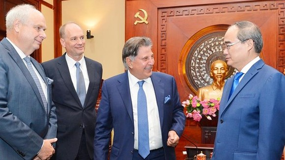 Secretary of the Ho Chi Minh City Party Committee Nguyen Thien Nhan receives German enterprises (Photo: Viet Dung)