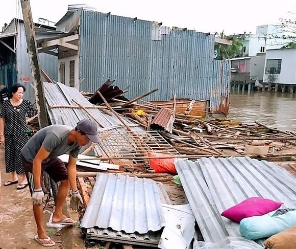 Heavy rains and winds flattened or blew off the roofs of nearly 30 houses in Ca Mau City's Tac Van Commune on August 9. (Photo: VNA)