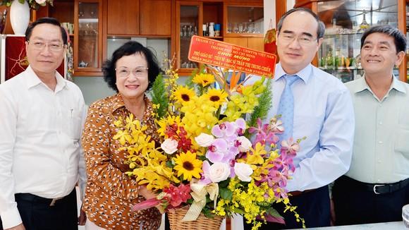 Bí thư Thành ủy TPHCM thăm và chúc mừng các gia đình thầy thuốc tiêu biểu ảnh 1