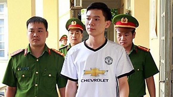 Bác sĩ Hoàng Công Lương (áo trắng)