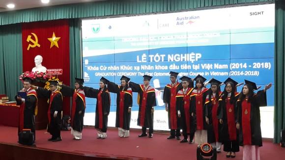 12 sinh viên tốt nghiệp tuyên thệ