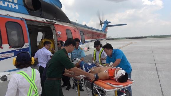 Trực thăng đưa bệnh nhân từ đảo Sơn Ca thuộc quần đảo Trường Sa (tỉnh Khánh Hòa) về đất liền điều trị.  Ảnh: Trần Chính