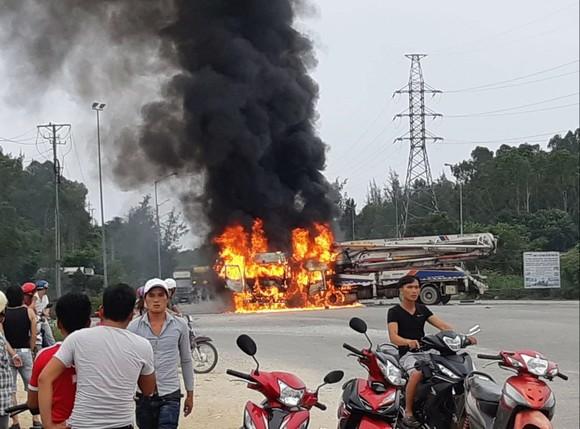 Quảng Ngãi: Va chạm xe tải và xe trộn bê tông bốc cháy dữ dội ảnh 1