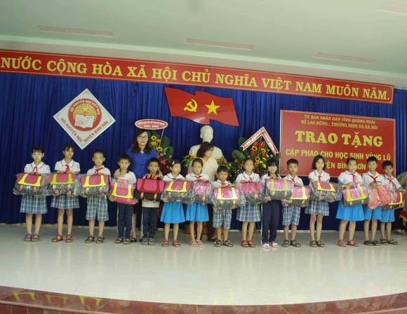 Quảng Ngãi: Trao tặng cặp phao cho học sinh vùng lũ ảnh 1
