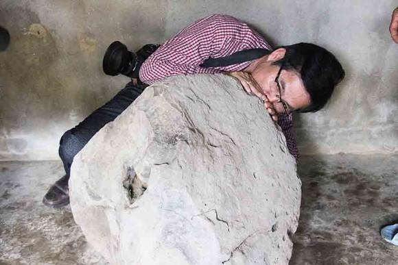 Phát hiện tù và bằng đá nặng 200kg trên thảo nguyên Bùi Hui, Quảng Ngãi ảnh 1