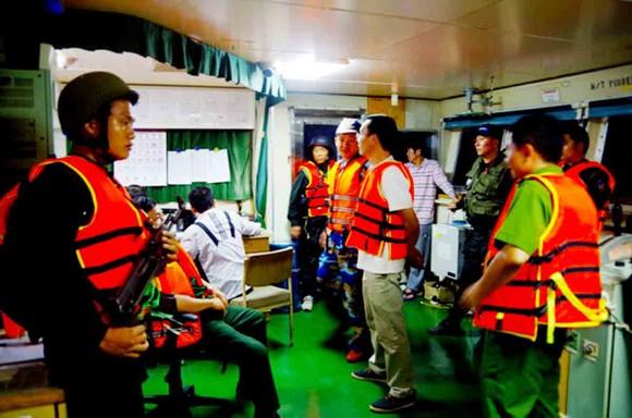 Bắt vụ sang chiết xăng trên vùng biển Quảng Ngãi ảnh 2