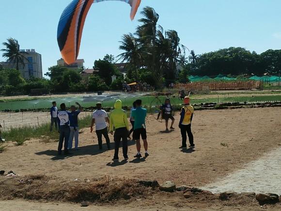 Người dân đổ về đảo Lý Sơn xem giải dù lượn quốc tế ảnh 3