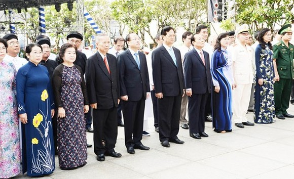 The HCMC delegates offer flowers at President Ho Chi Minh statue. Picture: QUANG HUY