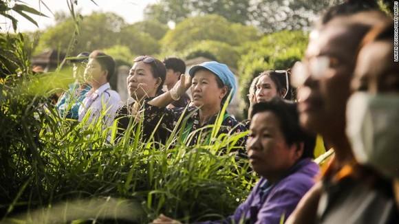 """Tất cả 13 thành viên đội bóng """"nhí"""" Thái Lan đã được giải cứu, HLV 25 tuổi ra sau cùng ảnh 5"""