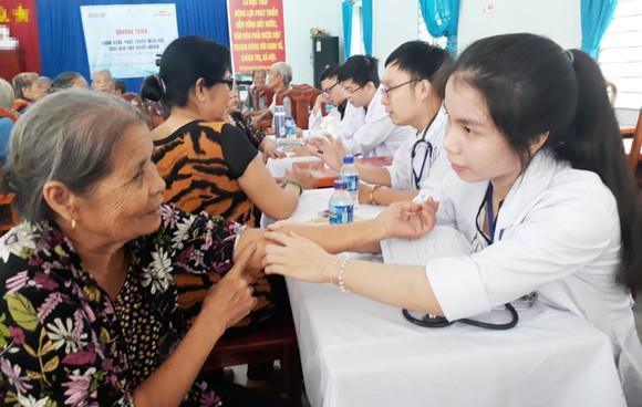 Các bác sĩ Phòng khám đa khoa Ngọc Minh đang khám bệnh cho người dân vùng biên giới. Ảnh: ĐOÀN HIỆP