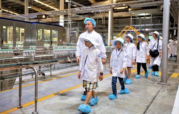 Các em học sinh tham quan trang trại bò sữa Vinamilk Tây Ninh, một trong những trang trại được xây dựng theo chuẩn Global G.A.P (tiêu chuẩn thực hành nông nghiệp tốt toàn cầu) của Vinamilk, là nơi cung cấp nguồn sữa để sản xuất nên những hộp sữa học đường
