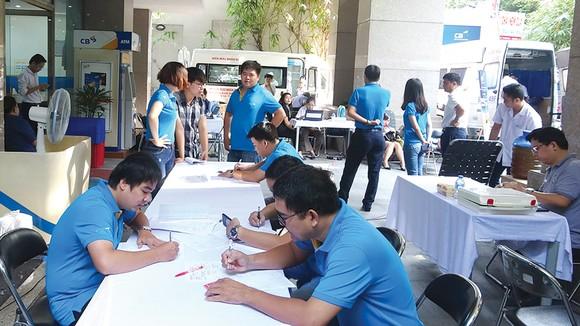 """Ngân hàng Xây dựng (CB) tổ chức ngày hội hiến máu tình nguyện: """"Nâng niu cuộc sống - Sẻ giọt hồng tâm"""" ảnh 5"""