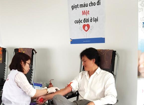 """Ngân hàng Xây dựng (CB) tổ chức ngày hội hiến máu tình nguyện: """"Nâng niu cuộc sống - Sẻ giọt hồng tâm"""" ảnh 4"""