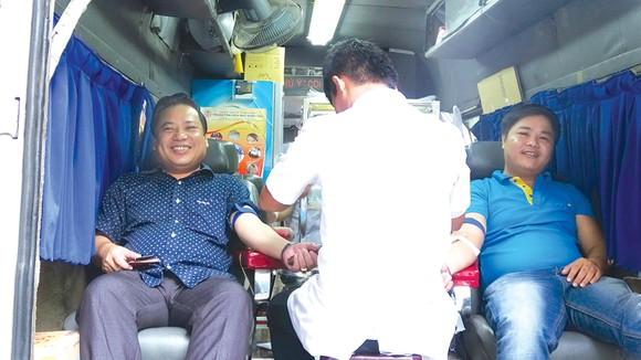 """Ngân hàng Xây dựng (CB) tổ chức ngày hội hiến máu tình nguyện: """"Nâng niu cuộc sống - Sẻ giọt hồng tâm"""" ảnh 3"""