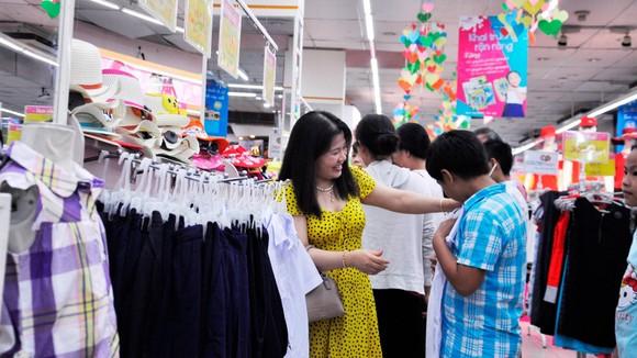 Nhiều phụ huynh mua sắm đồng phục cho con  mùa khai trường