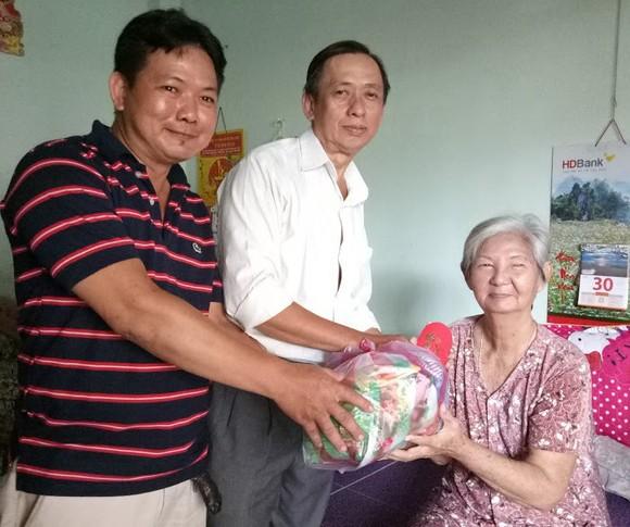 慈善組向玉光寺老人贈送禮物。