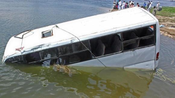 埃及貝尼蘇韋夫省29日發生一起公車墜橋事故,造成14人死亡。(圖源:AFP)