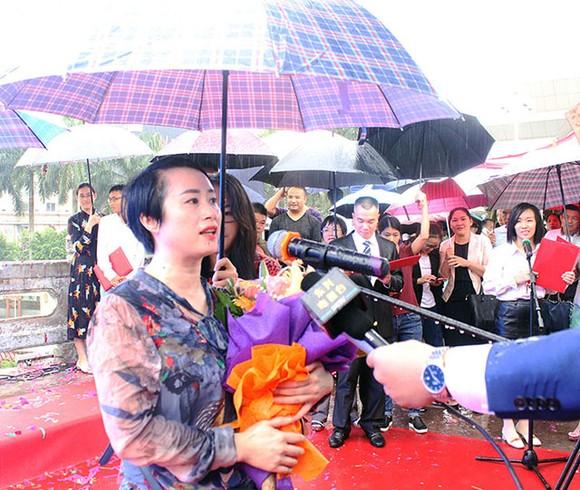 通過越南芒街與中國東興兩個國際口岸進出境的第一千萬遊客袁燕(音)女士回答記者的採訪。
