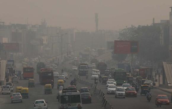 """經歷了7日一晚上的排燈節鞭炮""""洗禮""""後,印度首都新德里8日陷入嚴重的空氣污染。(圖源:互聯網)"""