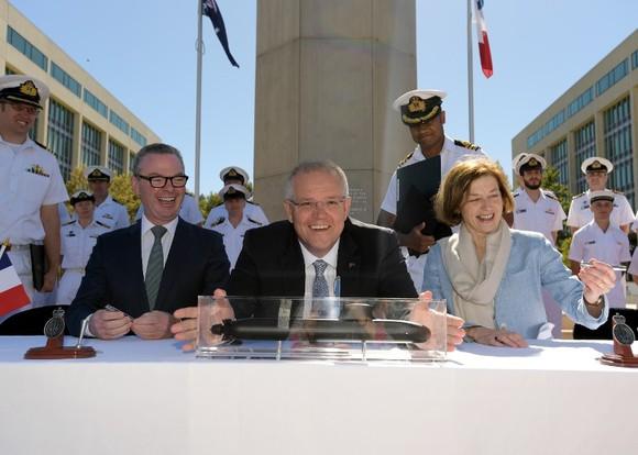 澳總理莫里森(中)與澳防長派恩(左)在簽署購買潛艇協議。(圖源:Getty Images)