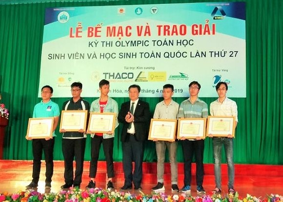 教育與培訓部副部長阮友渡(中)向6名出色大學生頒發獎狀。(圖源:KD)