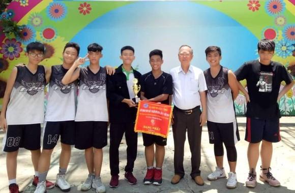 穗城會館理事長盧耀南頒獎給奪得第一名的李鋒中學籃球隊。