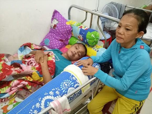 吳愛美在醫院守著兒子。