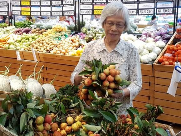 消費者在超市購買荔枝。(圖源:PV)