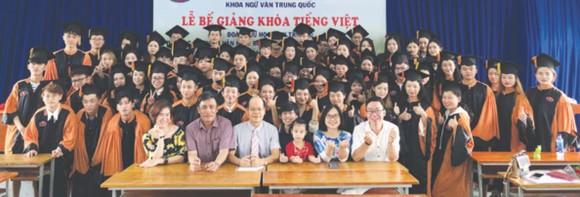 在典禮上,各留學生向老師們道謝及拍照留念。