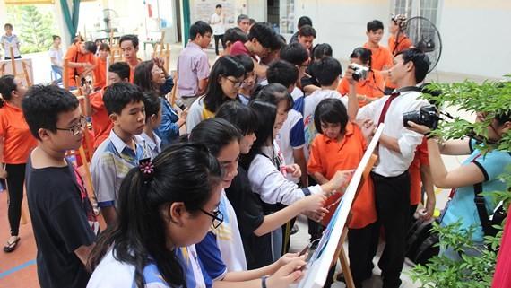 學員們與東方之珠中學的學生交流。