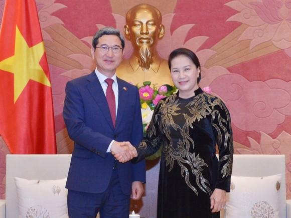 國會主席阮氏金銀(右)接見韓越友好議員小組主席金賀勇。(圖源:戰勝)