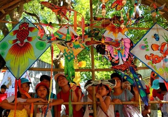 少兒觀看有繪畫的風箏。(圖源:互聯網)