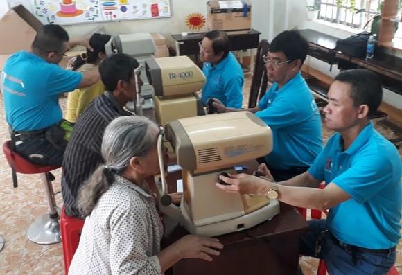 眼科醫生為高齡人檢驗眼疾。
