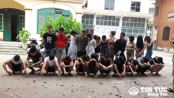被扣留在公安派出所的24名疑似吸毒者。(圖源:興安新聞網)