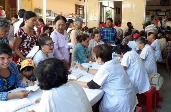 茶榮省眾多貧困同胞獲診治病。