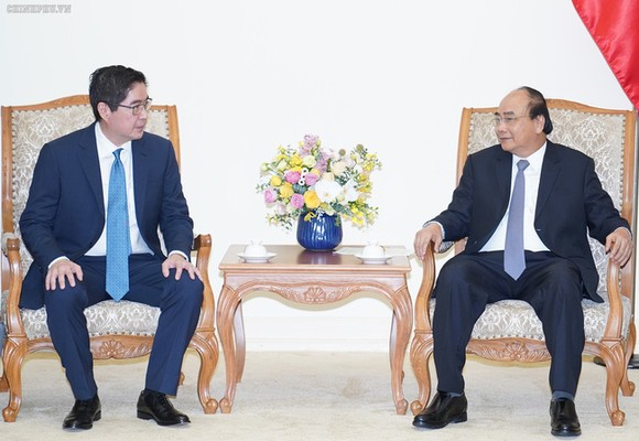 政府總理阮春福(右)接見菲律賓對越南最大的投資企業之一的JG頂峰集團總裁吳詩農。(圖源:VGP)