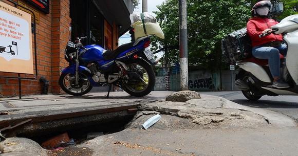 在富潤郡陳輝料街與阮仲選街交通樞紐,沙井蓋被崩塌和塞滿垃圾。