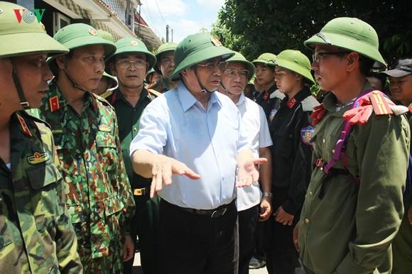 中央組織部長范明政同志(中)親往慰問鴻嶺山森林執行滅火任務的消防力量。(圖源:VOV)
