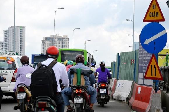 施工單位在橋樑兩旁設立圍蔽,導致橋樑面積縮小,車輛往來困難和擁擠。