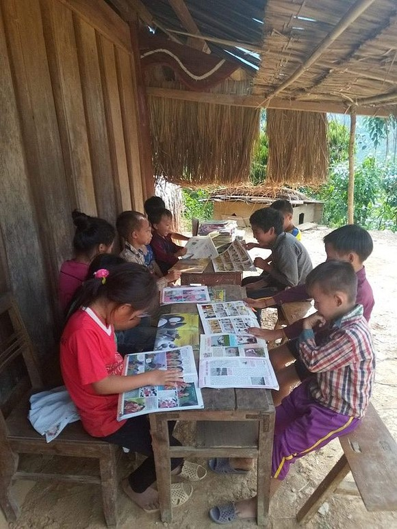 乂安省湘陽縣學生集合在老師家看書情景。