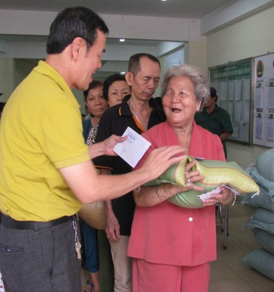 本報向新平郡貧困華人贈送禮物。