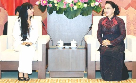 國會主席阮氏金銀(右)接見法國國會所屬法-越議員友好小組主席史蒂芬妮‧杜。(圖源:越通社)