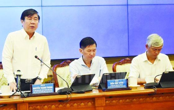 市人委會主席阮成鋒(左)在會上發言。(圖源:互聯網)